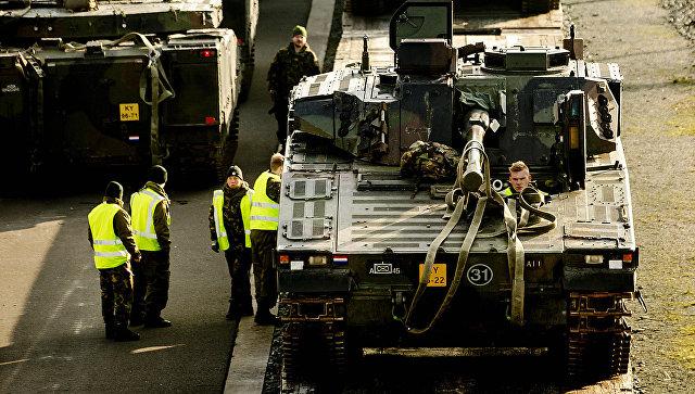Танки НАТО на железнодорожной станции в Стенвейке, Нидерланды.