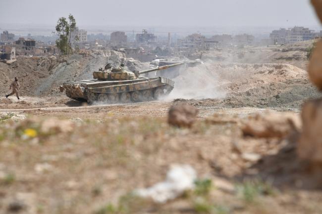 Танк Т-72С ведет бой в Йеменской столице.