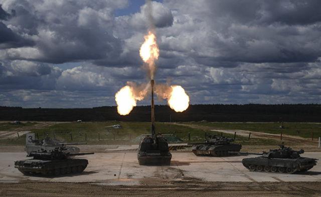 """Танки Т-90 и самоходная артиллерийская установка (САУ) """"Мста-С"""""""