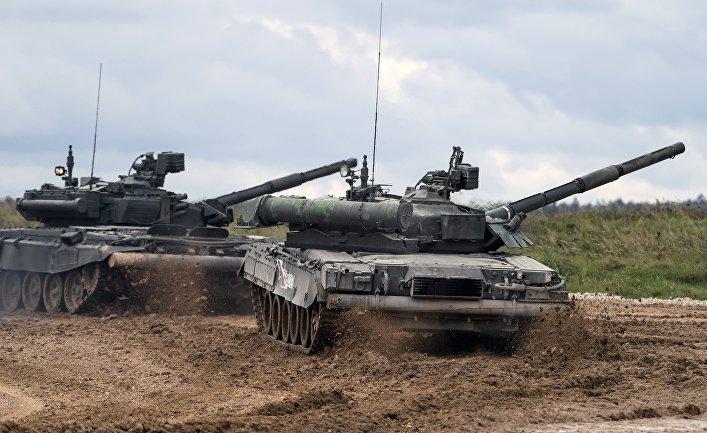 Танки Т-90 (слева) и Т-80У во время демонстрационного показа.
