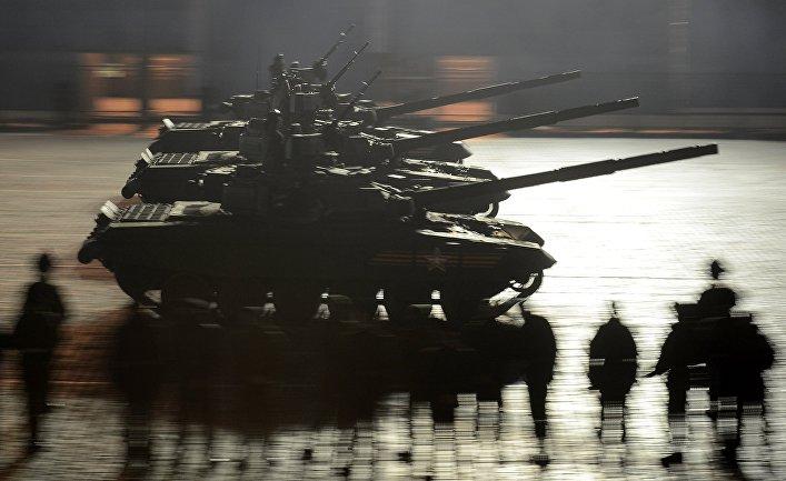 Танки Т-90А во время репетиции военного парада в Москве.
