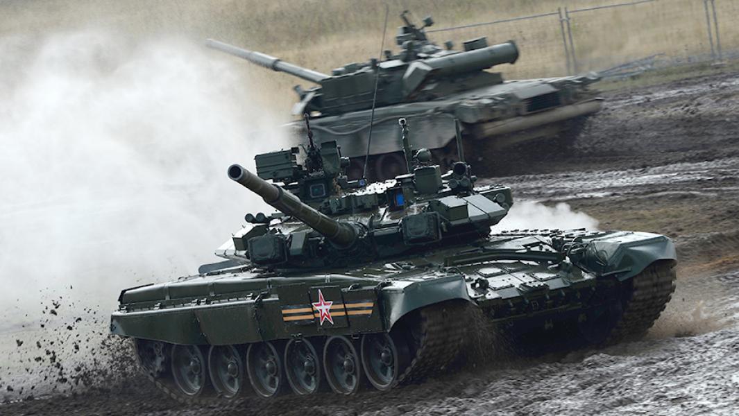 Танки Т-90А во время демонстрационного выступления.