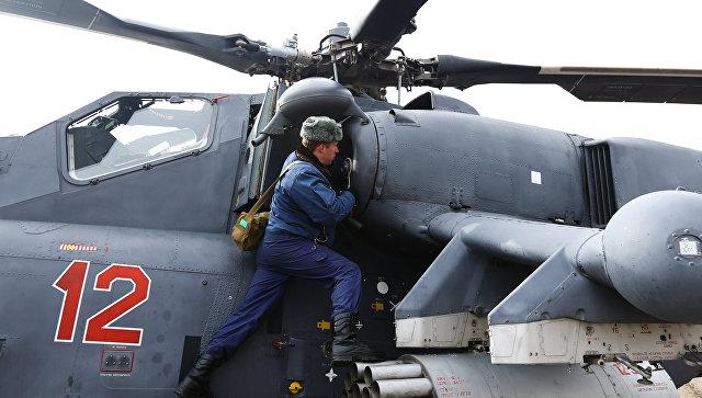 Техник готовит вертолет Ми-35М к учебно-тренировочным полетам экипажей армейской авиации отдельного вертолетного полка Южного военного округа. Архивное фото.