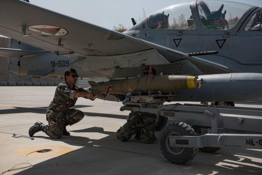 Техник ВВС Афганистана осуществляет подготовку самолета Embraer A-29А (EMB-314) Super Tucano (регистрационный номер ВВС США 13-2005, афганский бортовой номер YA-1509) афганских ВВС к боевому вылету. Кабул, 12.09.2017.
