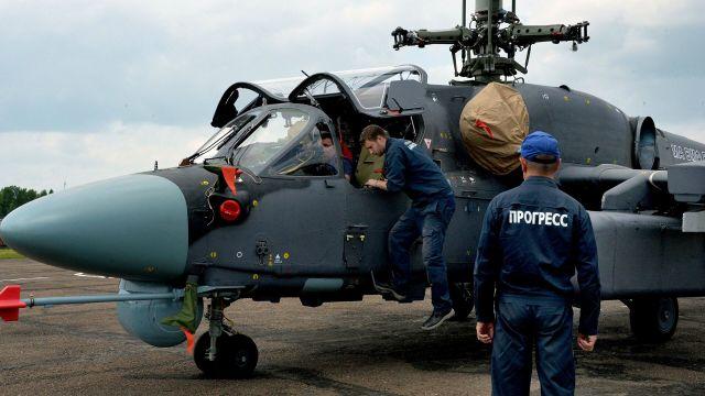 "Техники у вертолета Ка-52К ""Катран"""