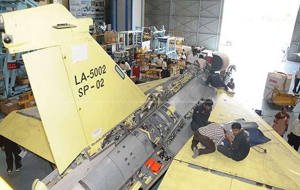 Второй серийный экземпляр истребителя Tejas Mk 1 (серийный номер SP-02, регистрационный номер LA 5002) в цехе предприятия государственной компании Hindustan Aeronautics Limited в Бангалоре, 2016 год.
