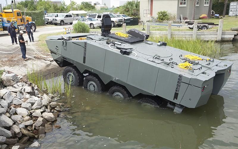Прототип-демонстратор бронетранспортера STK Terrex 2, представленного американской корпорацией SAIC на тендер Корпуса морской пехоты США на новый колесный (8х8) плавающий бронетранспортер по программе Amphibious Combat Vehicle (ACV), на испытаниях в Чарльстоне (США) в 2015 году.