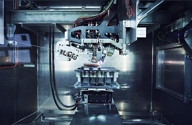 Титановая деталь, предназначенная для использования в силовой конструкции самолета Boeing 787, в процессе печати на 3D-принтере.