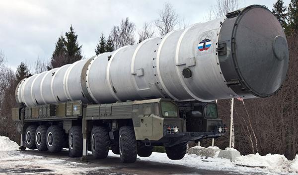 Транспортная машина ТМ-112 с ТПК 81Р6 ракеты 51Т6 системы ПРО А-135. Установлена в качестве памятника в пос. Софрино-1 под Москвой.