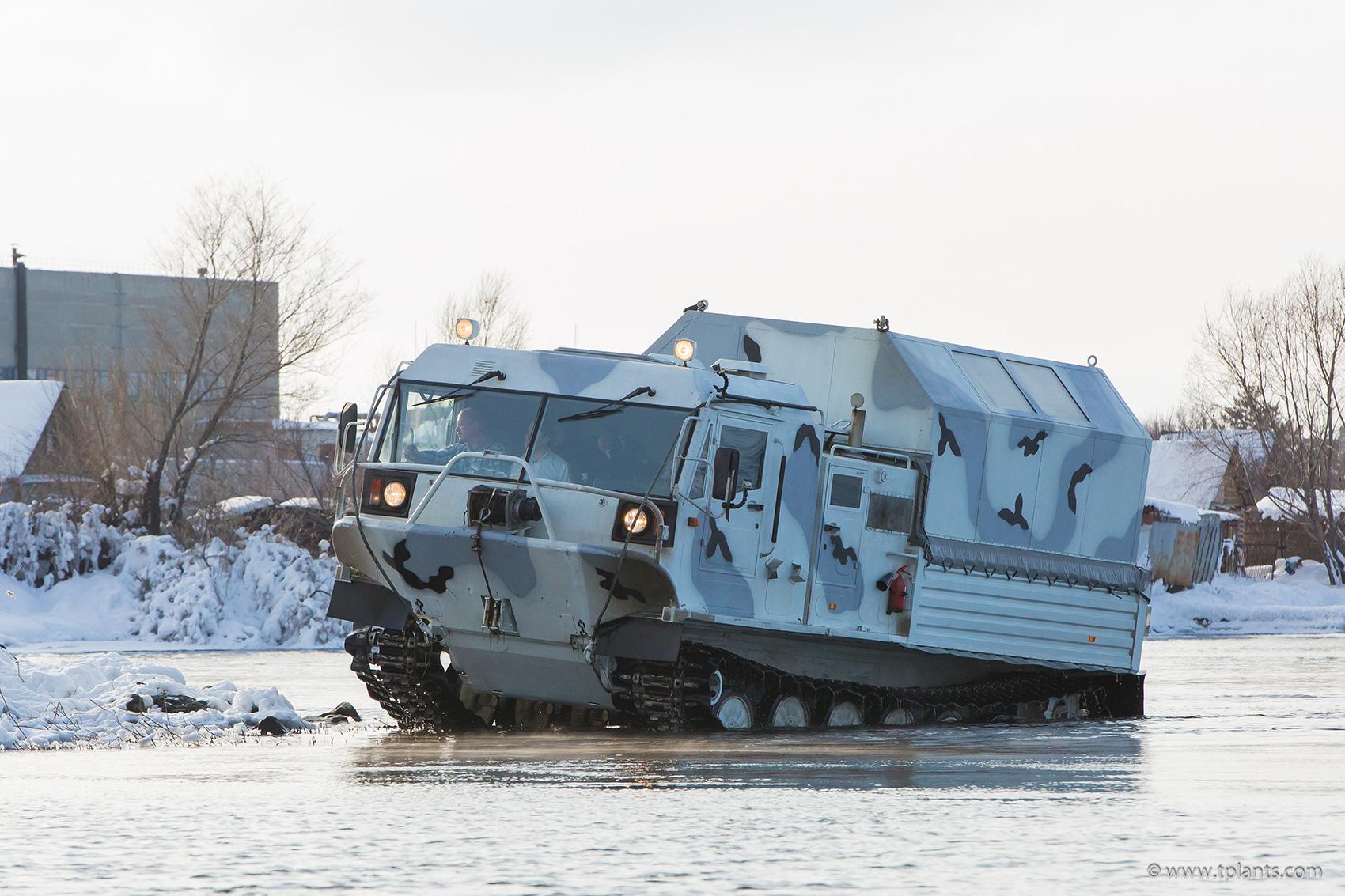 Плавающий гусеничный вездеход ТМ-140 производства Курганмашзавода.