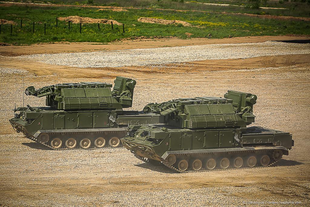 Выполненные на гусеничном шасси ГМ-5955.15-01 боевые машины 9А331МУ самоходного зенитного ракетного комплекса 9К331МУ «Тор-М2У» («Тор-М1-2У»). Алабино, июнь 2015 года