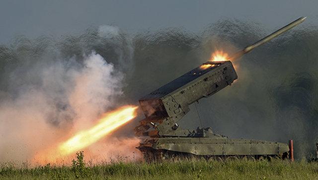 Пуск ракеты тяжелой огнеметной системой залпового огня ТОС-1А Солнцепек.