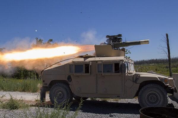 Бронемашина Humvee армянской национальной гвардии пускает противотанковую ракету BGM-71 TOW во время тренировок на совместной базе McGuire-Dix-Lakehurst, 23 марта 2017 года. (Фото: мастера сержанта национальной гвардии Мэтт Хехт).