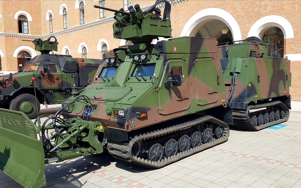 Первый полученный австрийской армией двухзвенный бронированный гусеничный транспортер BAE Systems Hägglunds BvS10 Mk IIB AUT во время демонстрации в Вене, 04.06.2018.