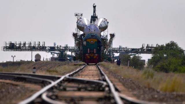Транспортировка ракеты-носителя «Союз-ФГ» с пилотируемым кораблем «Союз МС-13» на стартовую площадку космодрома Байконур, 2019 год