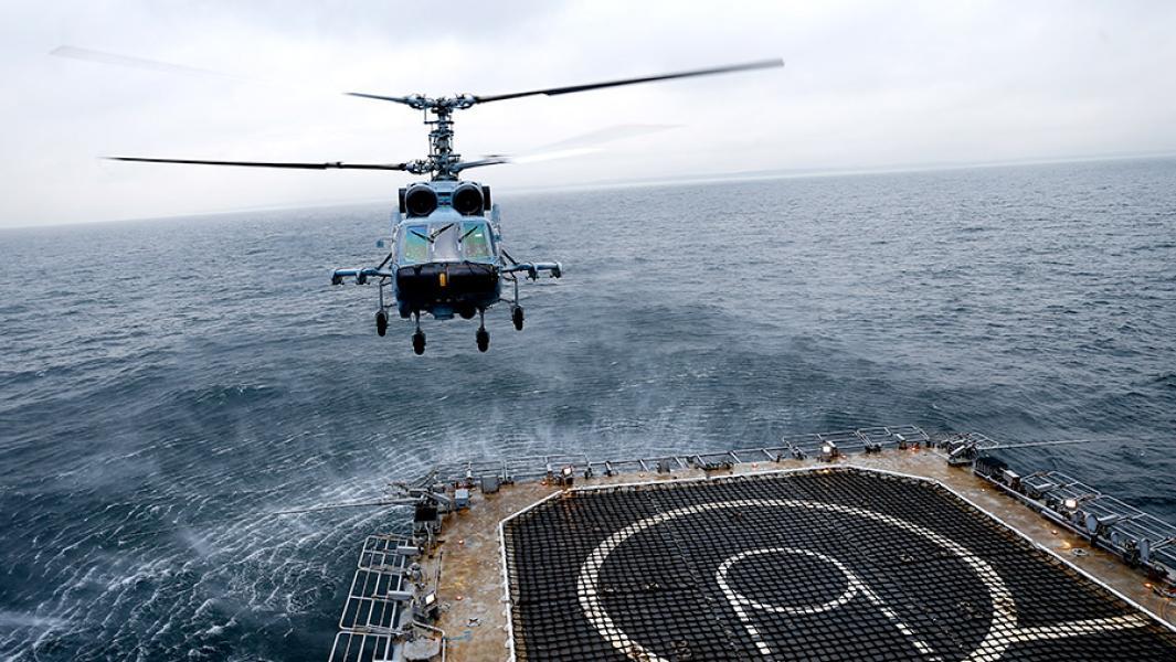 """Транспортно-боевой вертолет Ка-29 во время государственных испытаний российского большого десантного корабля """"Иван Грен""""в акватории Балтийского моря."""