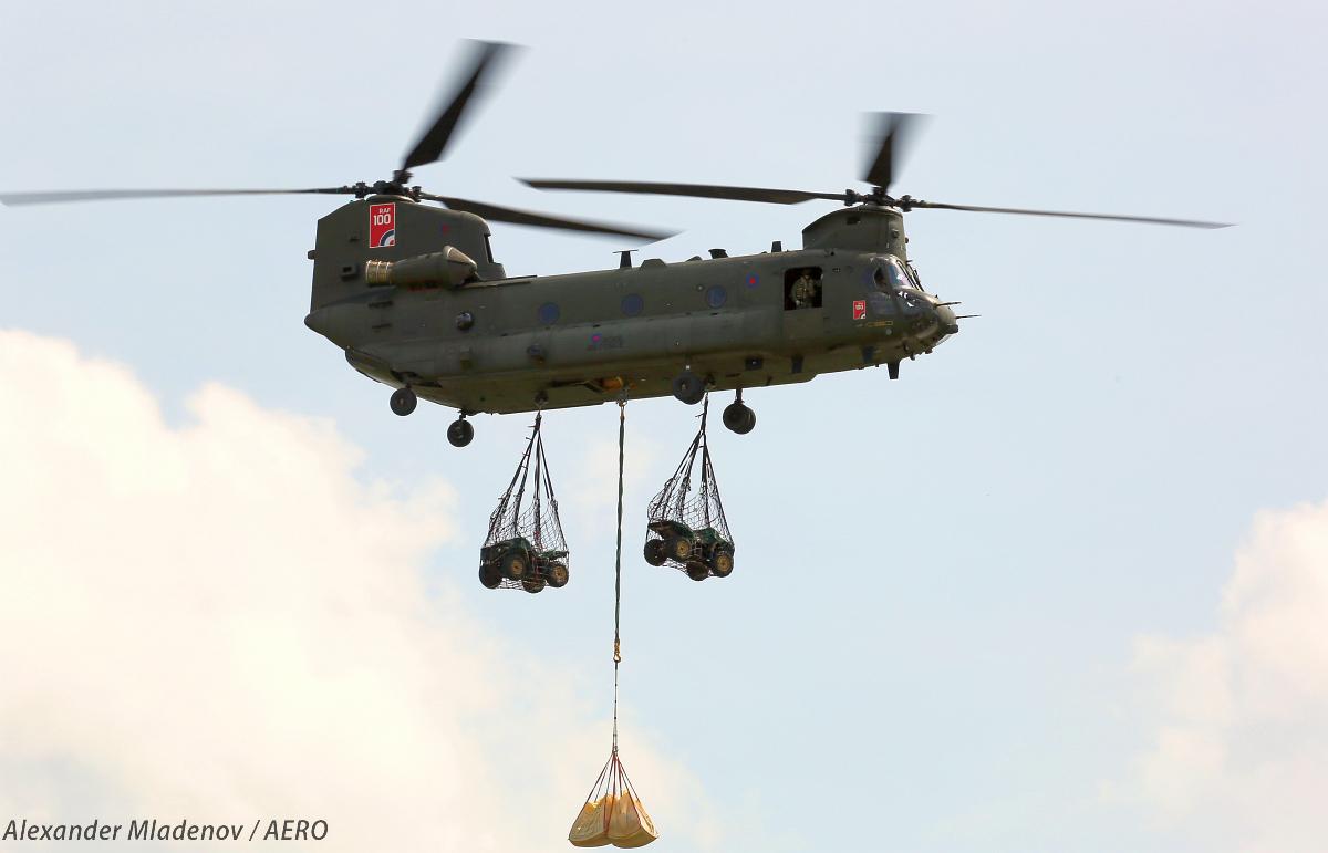 Транспортный вертолет Boeing СН-47 в варианте Chinook HC. Mk 2 Королевских ВВС Великобритании, демонстрация перевозки груза на трех точках подвески.