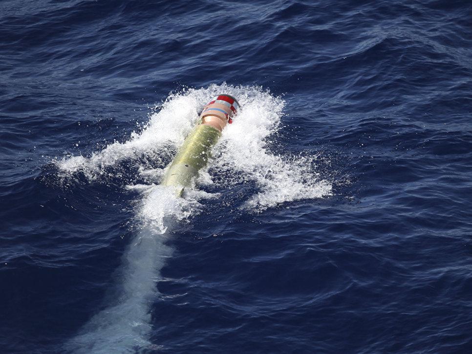 Тренировочная торпеда, выпущенная с эсминца Arleigh Burke в рамках учений в Индийском океане.