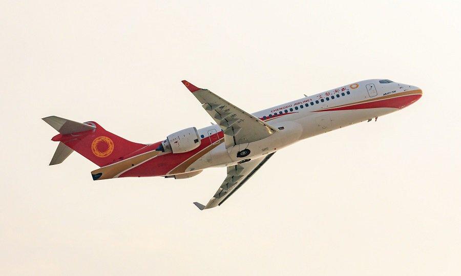 Третий китайский региональный пассажирский самолет СОМАС ARJ21-700 (серийный номер АС107, регистрационный номер В-3386), поставленный авиакомпании Сhengdu Airlines. 19.10.2017.
