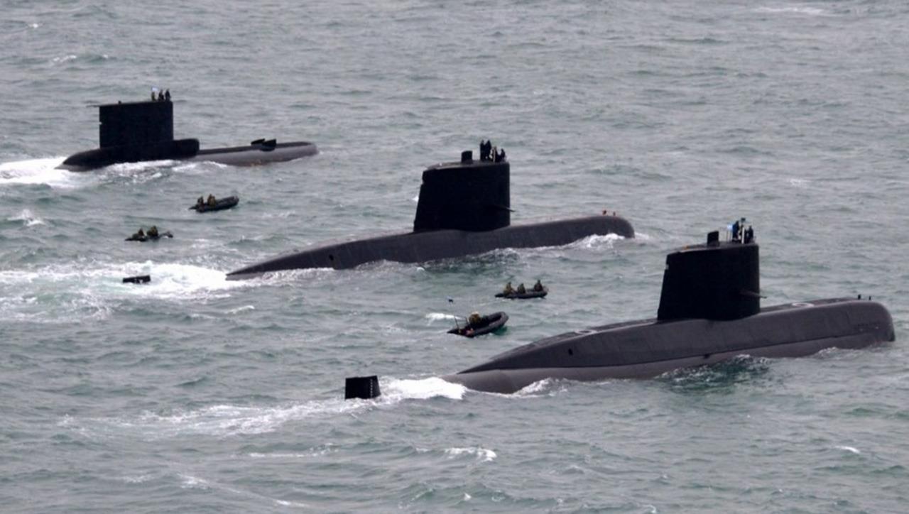 Три дизель-электрические подводные лодки, входившие в последние годы в состав ВМС Аргентины, в едином строю. Слева направо: S 31 Salta проекта 209/1100 и S 41 Santa Cruz и S 42 San Juan проекта TR-1700.