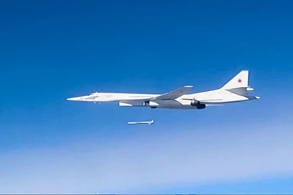 Ту-160 производит пуск крылатой ракеты.