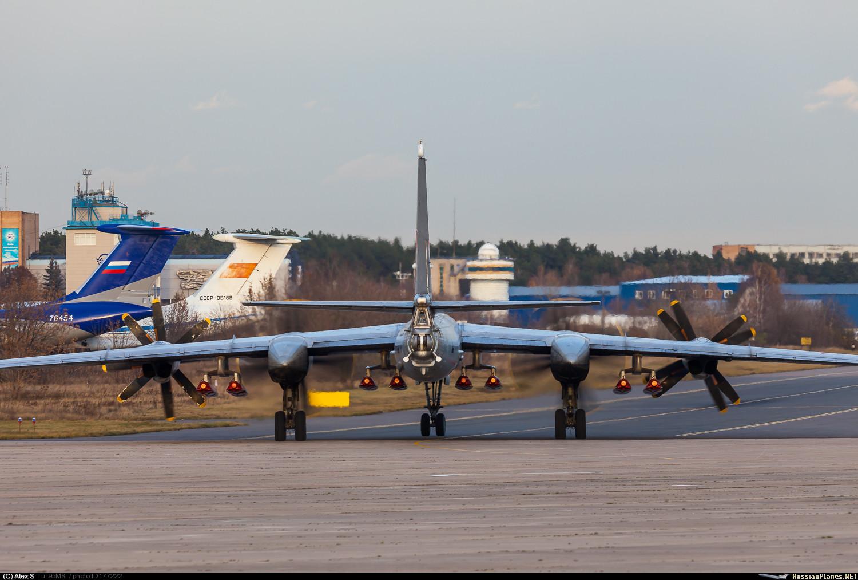 """Модернизированный опытный стратегический бомбардировщика Ту-95МС (бортовой номер """"317"""") с внешней подвеской восьми крылатых ракет нового типа. Жуковский, 29.10.2015."""