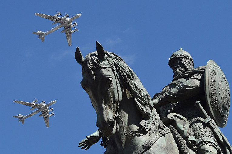 Российские стратегические бомбардировщики Ту-95МС пролетают над памятником русскому князю Юрию Долгорукому во время генеральной репетиции Парада Победы.