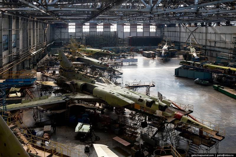 Строевые самолеты Ту-22М3 в цеху Казанского авиационного завода им. С.П. Горбунова на модернизации до Ту-22М3М.