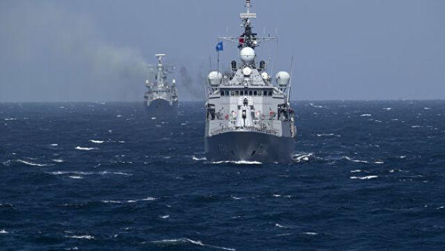 Турецкий военный корабль во время учений НАТО в Черном море