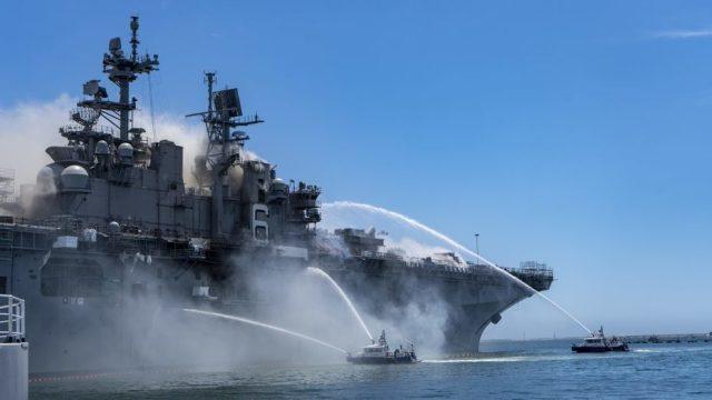 Тушение пожара на USS Bonhomme Richard