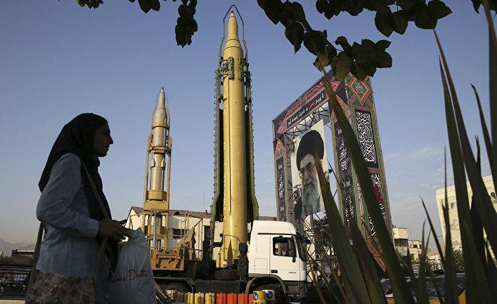 Твердотопливная ракета Ghadr-H на площади Бахарестан в Тегеране, Иран.