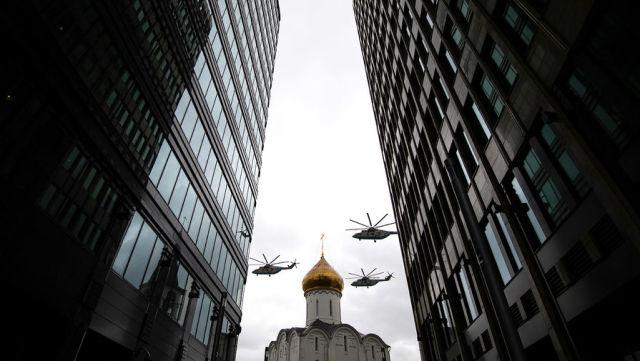 Тяжелые вертолеты Ми-26 во время воздушной части парада в честь 76-й годовщины Победы в Великой Отечественной войне в Москве, 9 мая 2021 года