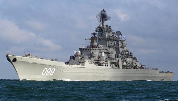 Тяжелый атомный ракетный крейсер Петр Великий во время прохода авианосной группы Северного флота России через пролив Ла-Манш