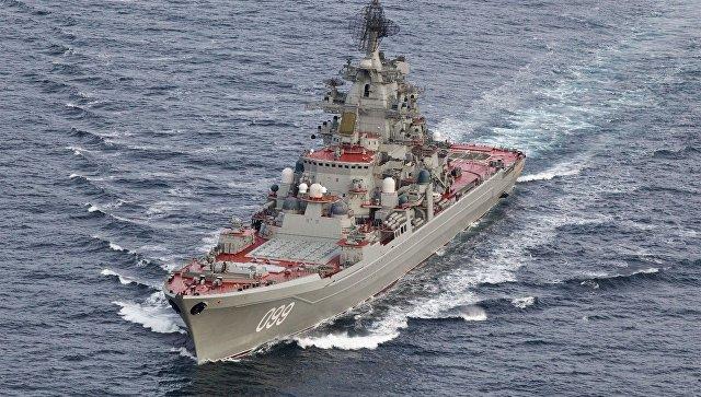 Тяжелый атомный ракетный крейсер Петр Великий во время прохода авианосной группы Северного флота России в Норвежском море.