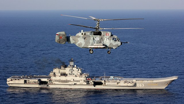 Тяжелый авианесущий крейсер Адмирал Кузнецов и вертолет Ка-29 Вооруженных сил РФ в Средиземном море. Архивное фото.