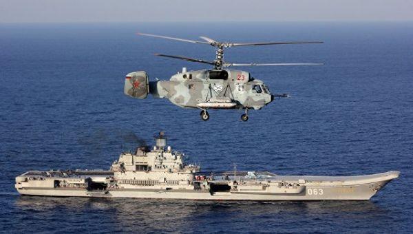 Тяжелый авианесущий крейсер Адмирал Кузнецов и вертолет Ка-29 Вооруженных сил РФ в Средиземном море. Архивное фото