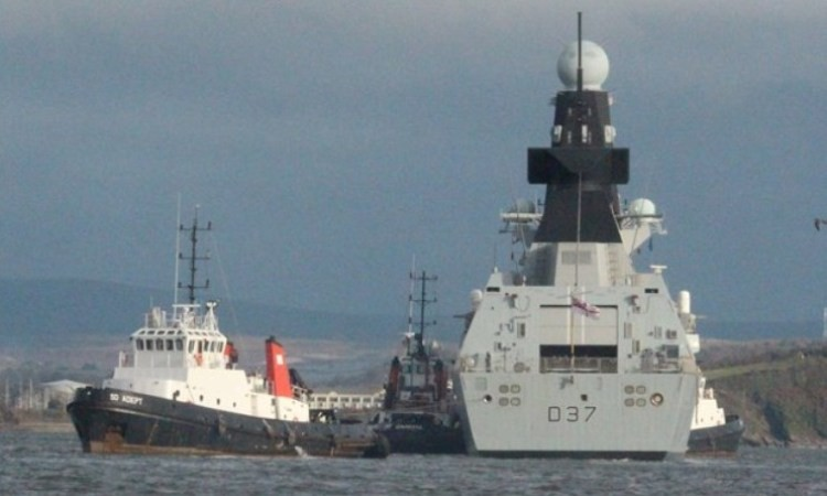 Корабли Type 45 покидали «поле боя» на буксире.