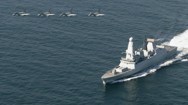 Истребители Typhoon ВВС Великобританиив взаимодействуют с эсминцем Тип 45 HMS Defender.