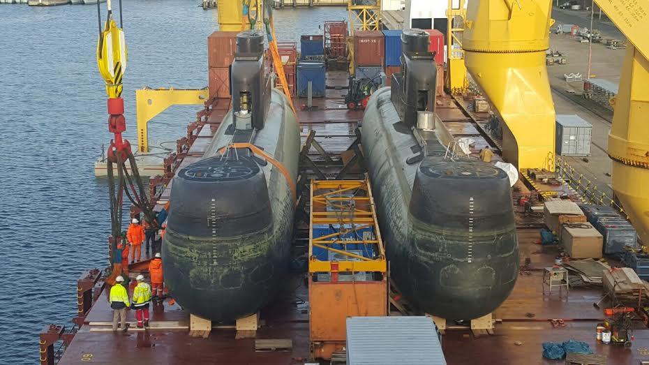 Колубийские подводные лодкии Intrepido и Indomable (бывшие германские U-23 и U-24) проекта 206А, погруженные на борт транспортного судна BBC Sapphire перед отправкой в Колумбию. Киль, 10.11.2015.
