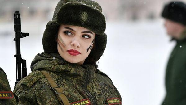 Участница во время конкурса красоты и профессионального мастерства среди женщин-военнослужащих ракетных войск стратегического назначения Макияж под ка