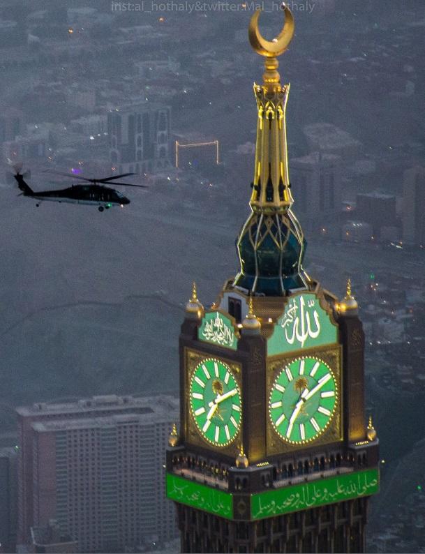 Вертолет Sikorsky S-70i International Black Hawk МВД Саудовской Аравии над мечетью аль-Харам и башней Абрадж аль-Бейт в Мекке, июнь 2017 года.