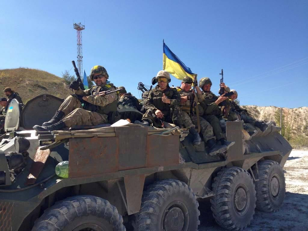 Военнослужащие вооруженных сил Украины на броне доработанного в полевых условиях БТР-80.