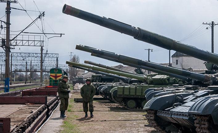 Украинские танки готовятся к погрузке на поезд на железнодорожной станции близ Симферополя.
