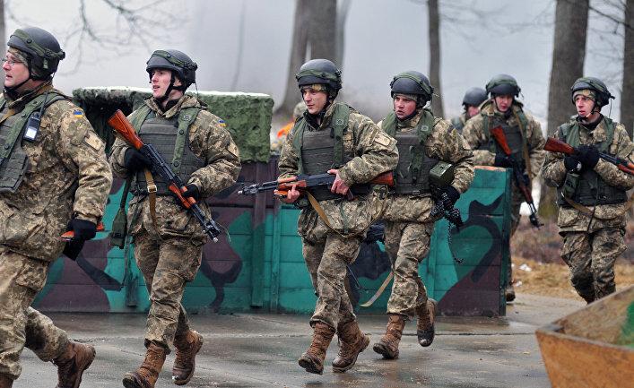 Украинские военнослужащие во время боевых учений на Яворовском полигоне в Львовской области.