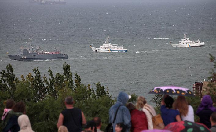 Украинские военные корабли проходят мимо набережной в Одессе.