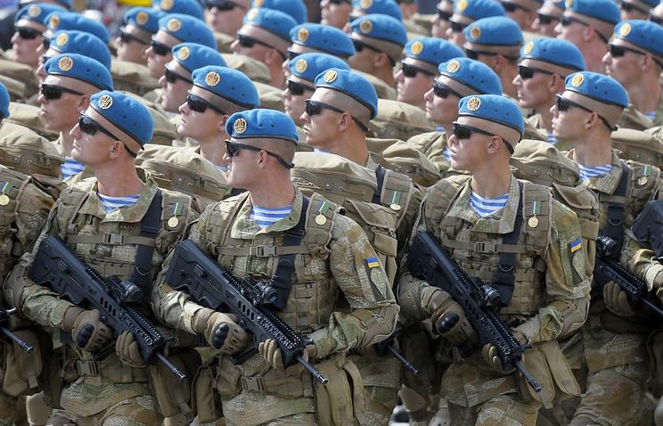 Украинские военные во время парада на День независимости.