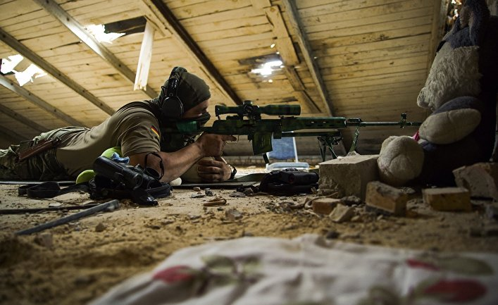 Украинский снайпер в деревне Маринка недалеко от Донецка.