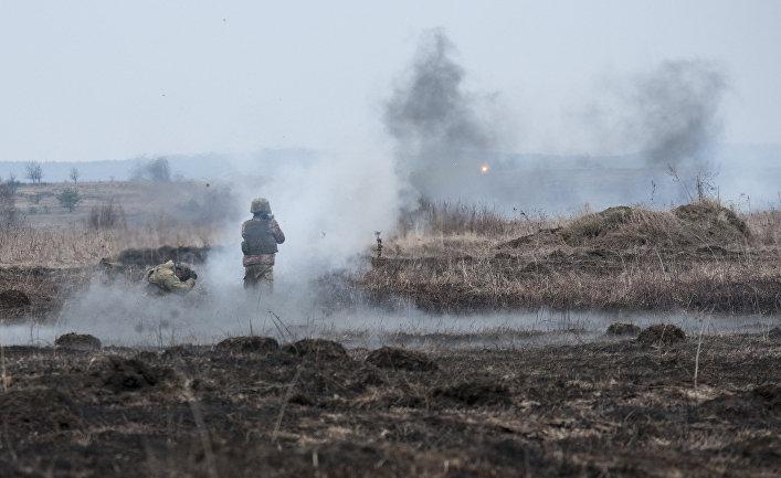 Украинский солдат стреляет из РПГ.