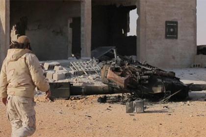 """Уничтоженный боевиками """"Исламского государства"""" (ИГ, запрещено в России) танк Т-90 сирийской армии."""