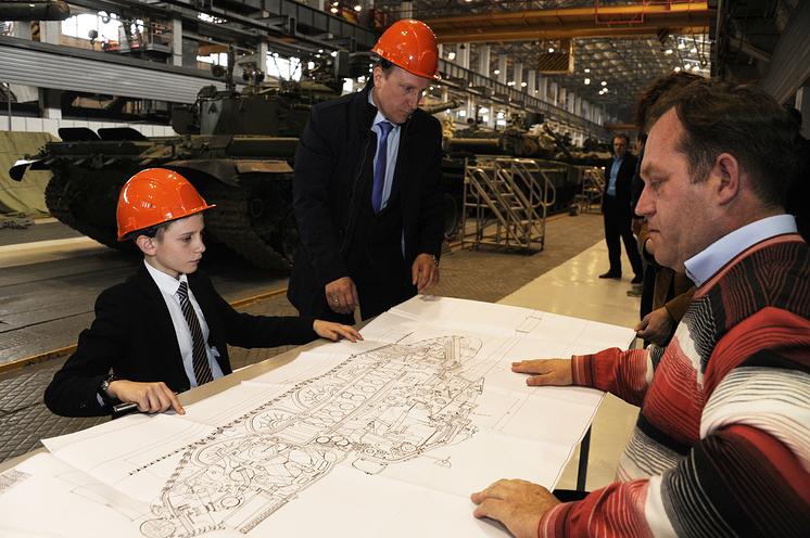Егор и инженер-конструктор Уральского КБ транспортного машиностроения Дмитрий Колмаков поговорили об устройстве танков.